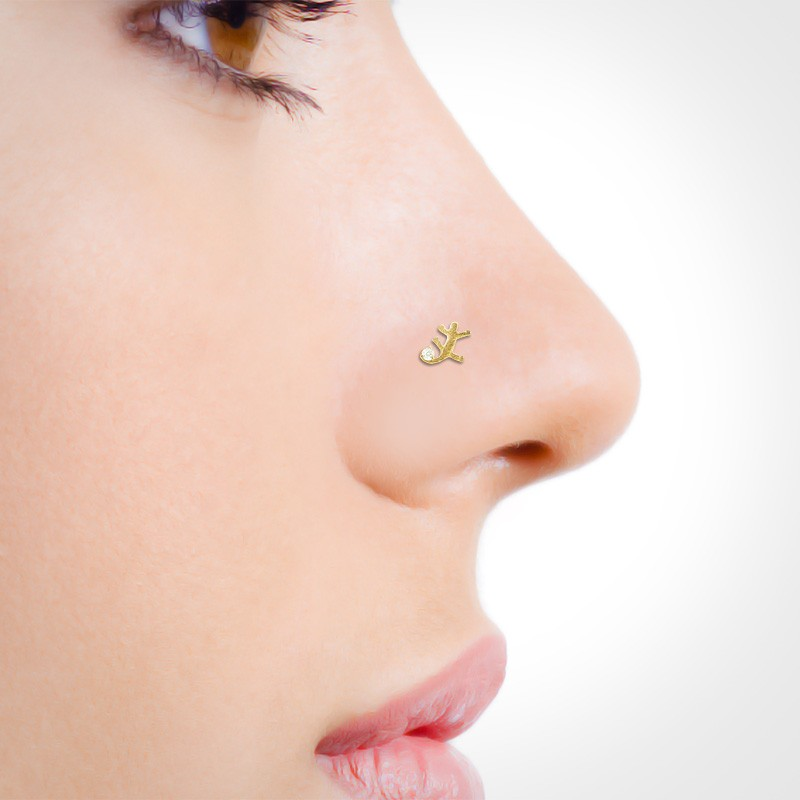 Piercing nez or jaune salamandre avec brillant mise en situation