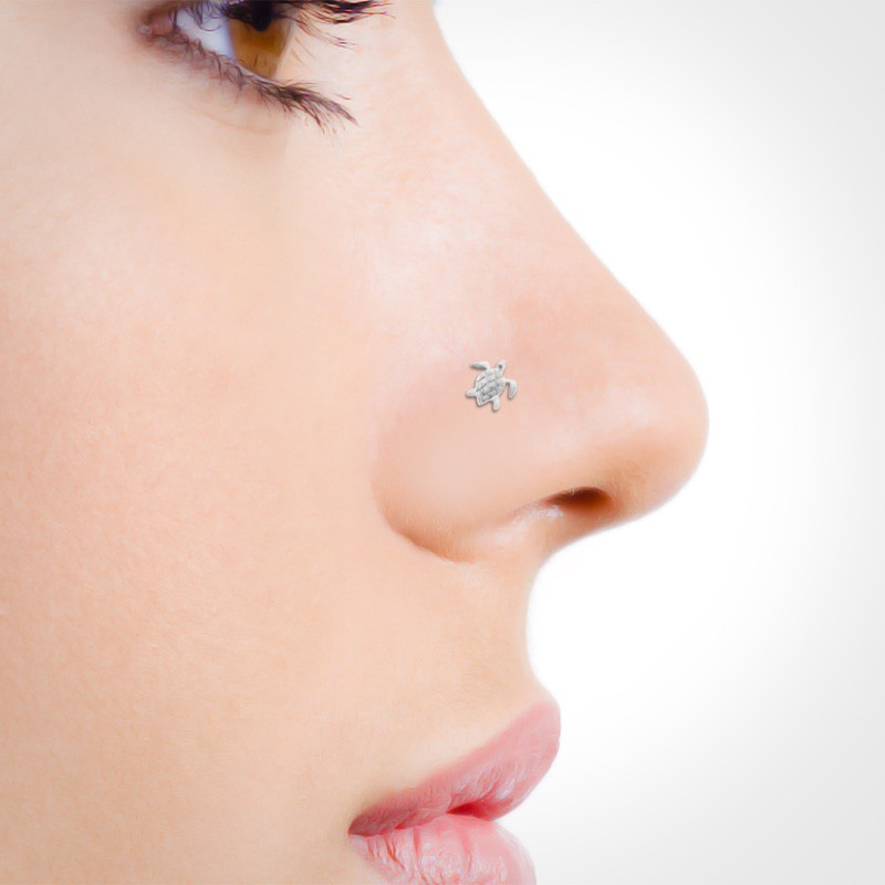 Piercing de nez en or blanc tortue mise en situation